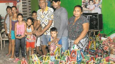 Tomás Ferrer, el abuelo de 99 años que fabrica 20.000 faroles anuales en La Luz