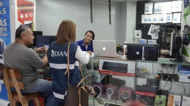 Autoridades de la Dian visitan a comercializador de aparatos tecnológicos.