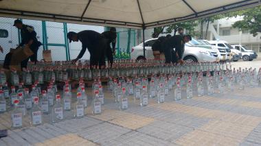 Las botellas fueron decomisadas en un vehículo furgón.