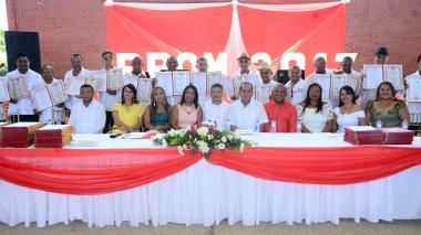 Los juglares vallenatos junto a los directivos y profesores del colegio Milciades Cantillo Costa de Valledupar.
