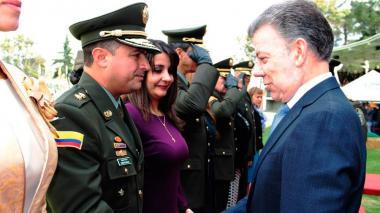 El general Norberto Mujica Jaime junto al presidente Juan Manuel Santos durante la ceremonia de ascenso.
