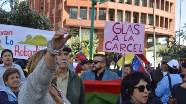 Medio centenar de personas se concentró ante la sede de la Corte Nacional de Justicia en Quito para exigir una sentencia contra el vicepresidente sin funciones de Ecuador, Jorge Glas, el pasado miércoles, por el caso de Odebrecht.