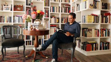 El escritor colombiano Juan Gabriel Vásquez en su apartamento en Bogotá.