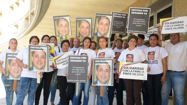 """""""Exigimos justicia"""": familiares de Eduardo Pinto en las afueras de audiencia de Dayana Jasir"""