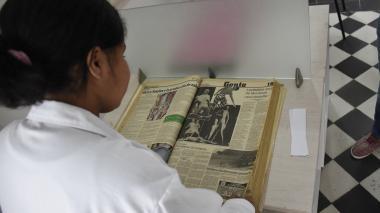 Una usuaria del Archivo Histórico del Atlántico revisa un periódico antiguo en las instalaciones del lugar.