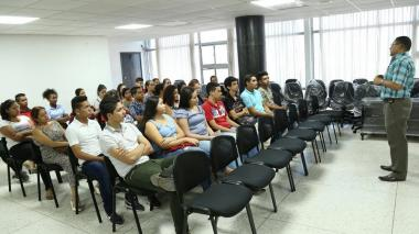 Un grupo de estudiantes escuchan cómo funciona el programa 'Atlántico Pilo'.