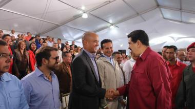 El presidente Maduro saluda a gobernadores y alcaldes durante el encuentro que sostuvo este martes.