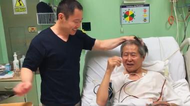 El expresidente Alberto Fujimori bromea con su hjo Kenji, congresista y gestor del indulto a su padre.