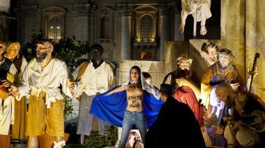 Mujer con los senos al aire irrumpe en pesebre del Vaticano