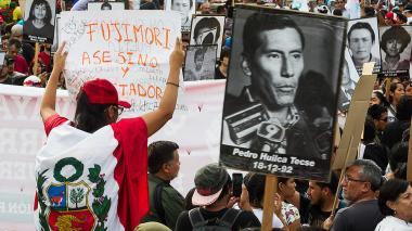 Manifestantes exponen en Lima fotos de algunas de las víctimas durante el Gobierno de Alberto Fujimori.