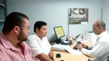 Momentos en los que el periodista Carlos Figueroa (camisa blanca) interpone la denuncia formal en la Fiscalía de Cartagena.