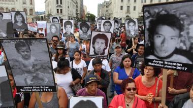 Cientos de familiares de personas asesinadas durante el régimen del presidente Fujimori salieron este lunes a protestar por el indulto concedido al exmandatario. Fujimori fue condenado por esas muertes en el 2009.