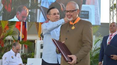 El presidente del Senado, Efraín Cepeda, condecora al presidente de Pequiven, Rubén Ávila.