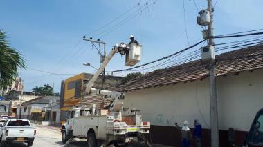 Trabajadores de la empresa Electricaribe durante labores de mantenimiento.