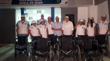 Jaime Pumarejo, Alma Solano y empleados del operador MiRed IPS con las nuevas sillas de ruedas en el Camino Adelita de Char.