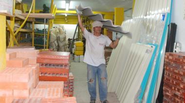 Un trabajador de un negocio de venta de materiales de construcción.