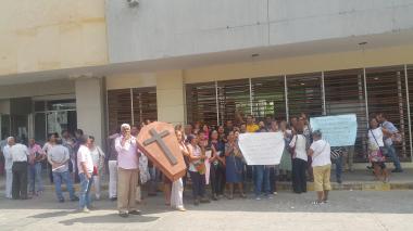 Protestan extrabajadores de hospitales Universitario, Barranquilla y San Francisco