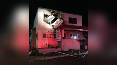 """Un auto sale """"volando"""" y se estrella contra el segundo piso de un edificio"""
