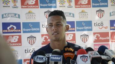 James Sánchez dialogando con la prensa.