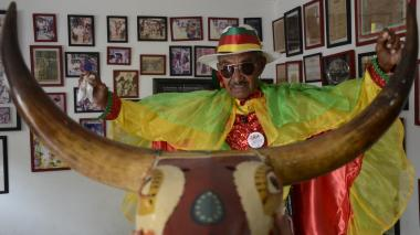 Alfonso Fontalvo lleva sobre sus hombros más de un siglo de tradición de la danza.