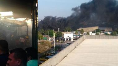 Incendio de dos buses causa espesa columna de humo en barrio Chiquinquirá