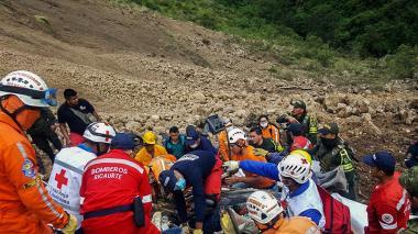 Organismos de socorro en plena tarea de rescate de cuerpos.