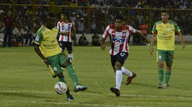 Acción de juego entre el Real Cartagena y Junior, en Magangué.