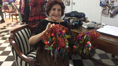 En su taller de modas, Amalín de Hazbún, conocida como 'La aguja de oro', sostiene una de las creaciones que le hizo a la reina del Carnaval Valeria Abuchaibe para el show que protagonizará en la noche de su coronación.