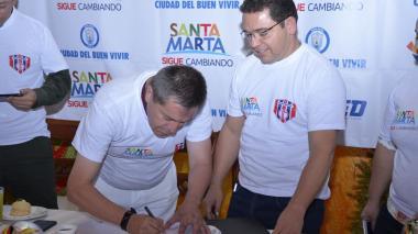 Luis Eduardo Méndez, presidente del Unión Magdalena firmó el convenio ante el alcalde Rafael Martínez