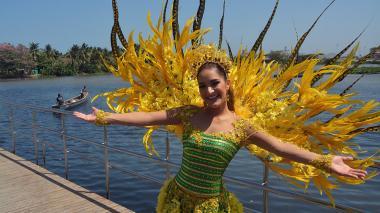 """La reina Valeria Abuchaibe luce """"Lluvia de oro"""", la fantasía que lucirá este domingo en el desfile del Carnaval de los Niños."""