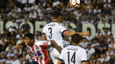 Ruiz disputa el balón.