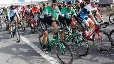El ciclista barranquillero Nelson Soto (centro) compitiendo para el equipo Caja Rural de España.