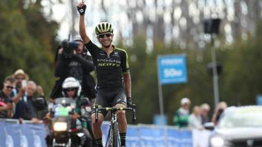 Esteban Cháves cruza la meta este domingo en Australia.