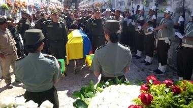 El patrullero Rhenals, sexta víctima fatal de atentado en San José, sepultado con honores