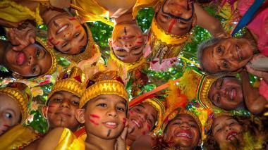 Dora Thomas, a la derecha de la foto, junto a los herederos de la tradición de la Danza de Indios e Indias de Trenzas Chimila.