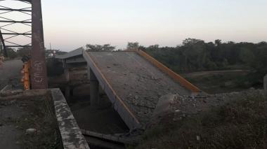 Así quedó el puente sobre el río Simaña tras el explosivo.