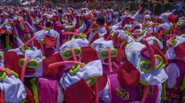 Varios integrantes de la tradicional comparsa de Carnaval 'Marimondas del Barrio Abajo' realizan una coreografía en el Cumbiódromo de la Vía 40.
