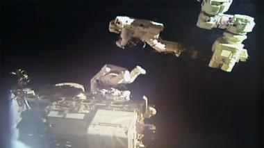 Los astronautas Mark Vande HEI y Norishige Kanai durante la reparación del brazo robótico.