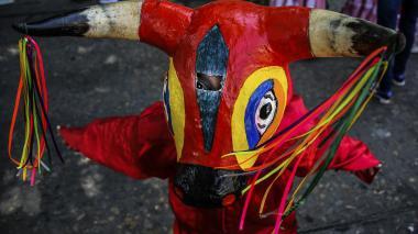 Niño baila con el traje deTorito Ribereño durante el desfile de la 44.