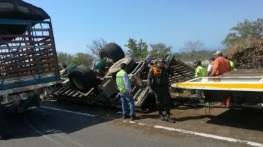 Por accidente de camión, permaneció bloqueada la vía Ciénaga - Barranquilla