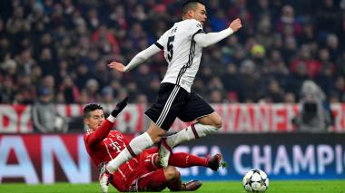 James Rodríguez intenta quitarle un balón al defensor del portugués del Besiktas, Pepe.