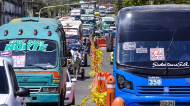 Una larga fila de vehículos se observa en la carrera 44 con calle 48.