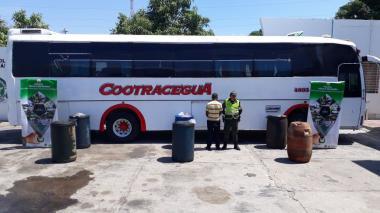 Decomisan seis buses con 1.010 galones de combustible ilegal en La Guajira