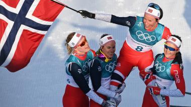 El equipo femenino de Noruega después de ganar la prueba de Cross Country.
