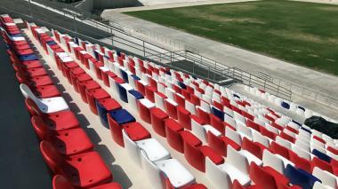 Comienza la instalación de las sillas del Romelio Martínez