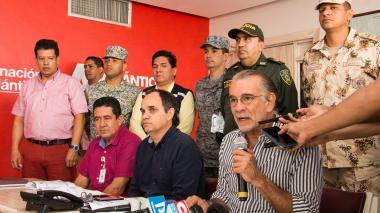 El gobernador Eduardo Verano, acompañado del secretario del Interior, Guillermo Polo; el registrador William Malpica, y delegados de las autoridades.