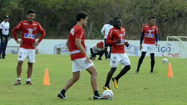 Sebastián Hernández conduciendo el balón durante la práctica de ayer ante la mirada de Teo y Chará.