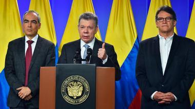 El Presidente Santos, el Alto Comisionado para la Paz, Rodrigo Rivera y el Jefe del Equipo Negociador, Gustavo Bell, al término de la declaración en la que el Mandatario anunció la continuación de los diálogos con el ELN en Quito.