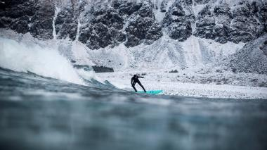 No son muchos los surfistas que se le miden a estas condiciones climáticas.