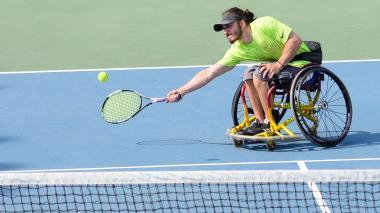 Gil rueda y le da vida al tenis